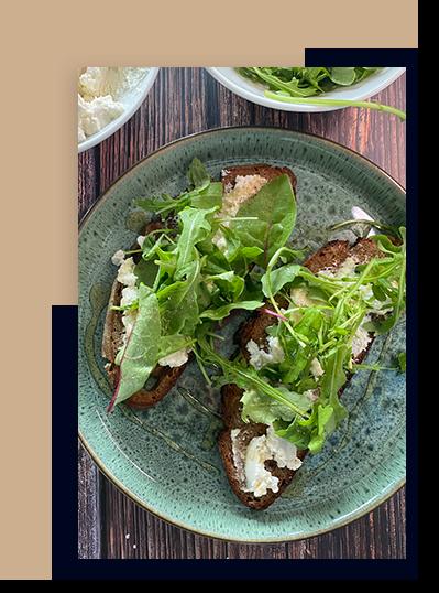 Ricotta Toast mit Honig und Salat