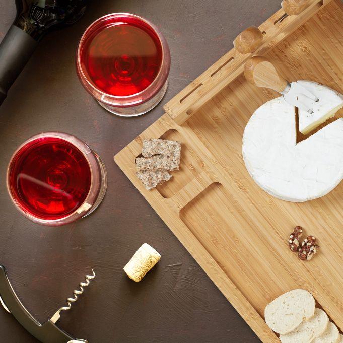 Tabla de quesos de bambú con cubiertos2