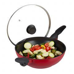 Czerwona patelnia wok z pokrywką